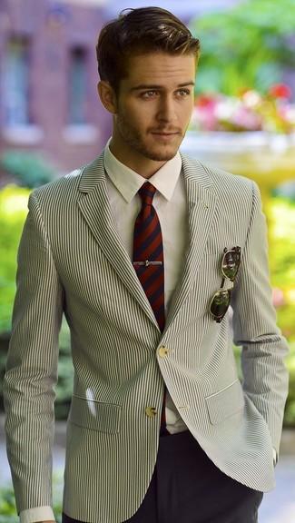 Cómo combinar: corbata de rayas verticales en rojo y azul marino, pantalón de vestir azul marino, camisa de vestir blanca, blazer de rayas verticales en blanco y negro