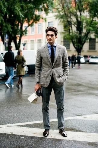 Cómo combinar: zapatos oxford de cuero en marrón oscuro, pantalón de vestir gris, camisa de vestir celeste, blazer a cuadros gris