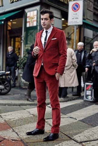 Cómo combinar: zapatos oxford de cuero azul marino, pantalón de vestir de terciopelo rojo, camisa de vestir blanca, blazer de terciopelo rojo
