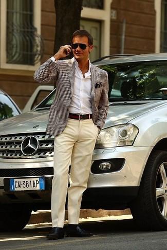 Cómo combinar: mocasín de cuero marrón, pantalón de vestir en beige, camisa de vestir blanca, blazer de pata de gallo en blanco y azul marino