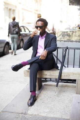 Cómo combinar: zapatos derby de cuero azul marino, pantalón de vestir de rayas verticales azul marino, camisa de vestir violeta claro, blazer de rayas verticales azul marino