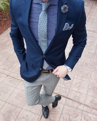 Combinar un broche de solapa con print de flores gris: Para un atuendo tan cómodo como tu sillón ponte un blazer azul marino y un broche de solapa con print de flores gris. Elige un par de zapatos oxford de cuero negros para mostrar tu inteligencia sartorial.