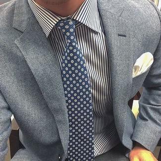 Combinar un blazer de espiguilla gris: Intenta ponerse un blazer de espiguilla gris y un pantalón de vestir gris para rebosar clase y sofisticación.