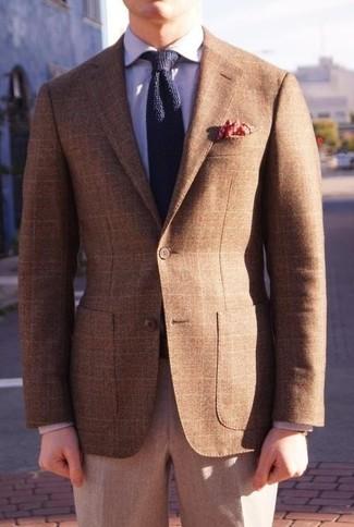 Cómo combinar: corbata de punto azul marino, pantalón de vestir de lana gris, camisa de vestir violeta claro, blazer de tartán marrón