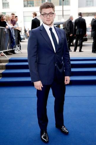 Cómo combinar: zapatos derby de cuero negros, pantalón de vestir azul marino, camisa de vestir blanca, blazer de rayas verticales azul marino
