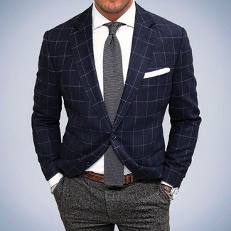 Cómo combinar: corbata de punto gris, pantalón de vestir de lana gris, camisa de vestir blanca, blazer a cuadros azul marino