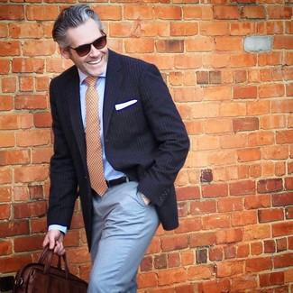 Cómo combinar: bolso mensajero de cuero en marrón oscuro, pantalón de vestir celeste, camisa de vestir celeste, blazer de rayas verticales azul marino