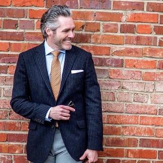 Cómo combinar: corbata estampada naranja, pantalón de vestir gris, camisa de vestir celeste, blazer de rayas verticales azul marino