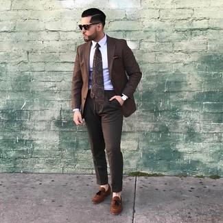 Cómo combinar: mocasín con borlas de ante marrón, pantalón de vestir en marrón oscuro, camisa de vestir blanca, blazer a cuadros marrón