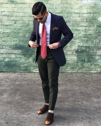 Cómo combinar: zapatos oxford de ante en marrón oscuro, pantalón de vestir verde oscuro, camisa de vestir blanca, blazer azul marino