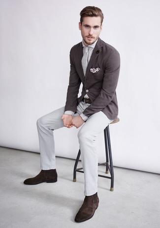 Cómo combinar: botines chelsea de ante en marrón oscuro, pantalón de vestir gris, camisa de vestir de rayas verticales blanca, blazer en marrón oscuro