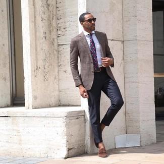 Cómo combinar: mocasín con borlas de ante marrón, pantalón de vestir negro, camisa de vestir de rayas verticales blanca, blazer marrón