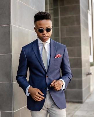 Cómo combinar: corbata gris, pantalón de vestir gris, camisa de vestir blanca, blazer azul marino