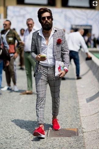 Cómo combinar: deportivas rojas, pantalón de vestir de tartán gris, camisa de vestir blanca, blazer de tartán gris