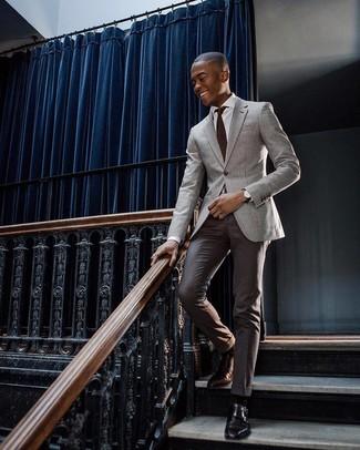 Cómo combinar: zapatos con doble hebilla de cuero negros, pantalón de vestir en marrón oscuro, camisa de vestir blanca, blazer gris