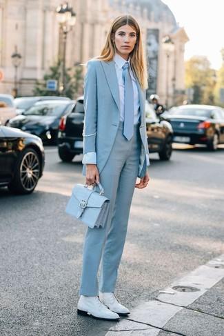 Combinar una corbata: Para un atuendo tan cómodo como tu sillón opta por un blazer celeste y una corbata. Este atuendo se complementa perfectamente con botas planas con cordones de cuero blancas.