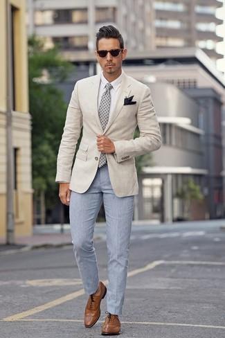 Cómo combinar: zapatos brogue de cuero marrónes, pantalón de vestir celeste, camisa de vestir blanca, blazer en beige
