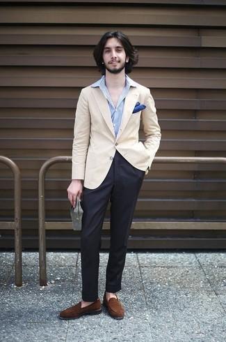 Cómo combinar: mocasín de ante marrón, pantalón de vestir negro, camisa de vestir de rayas verticales celeste, blazer en beige