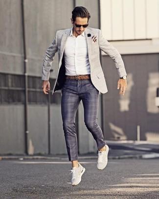 Cómo combinar: tenis blancos, pantalón de vestir de tartán azul marino, camisa de vestir blanca, blazer a cuadros gris