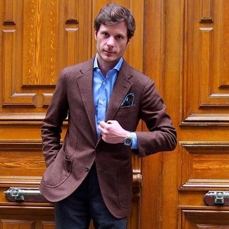 Combinar un pañuelo de bolsillo de paisley verde oliva: Casa un blazer de lana marrón junto a un pañuelo de bolsillo de paisley verde oliva para un look agradable de fin de semana.