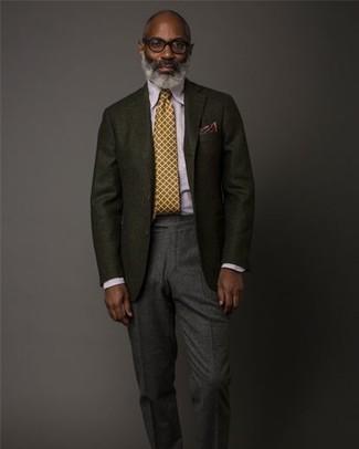 Cómo combinar: corbata mostaza, pantalón de vestir de lana en gris oscuro, camisa de vestir violeta claro, blazer de lana negro