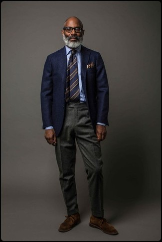 Cómo combinar: botas safari de ante en marrón oscuro, pantalón de vestir de lana en gris oscuro, camisa de vestir celeste, blazer de lana azul marino