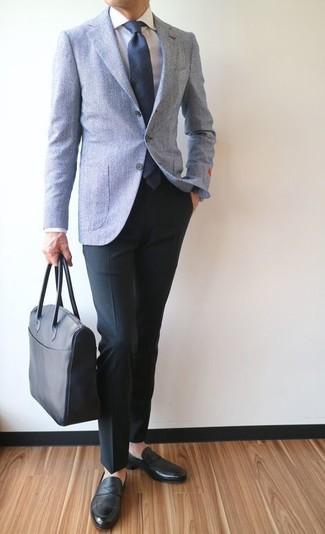 Cómo combinar: mocasín de cuero negro, pantalón de vestir negro, camisa de vestir blanca, blazer de lana celeste