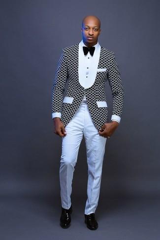Cómo combinar: zapatos oxford de cuero negros, pantalón de vestir blanco, camisa de vestir blanca, blazer en negro y blanco