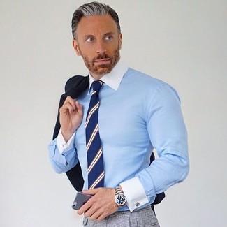 Cómo combinar: corbata de rayas verticales azul marino, pantalón de vestir a cuadros gris, camisa de vestir celeste, blazer negro