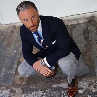 Cómo combinar: zapatos oxford de cuero marrónes, pantalón de vestir a cuadros gris, camisa de vestir celeste, blazer negro