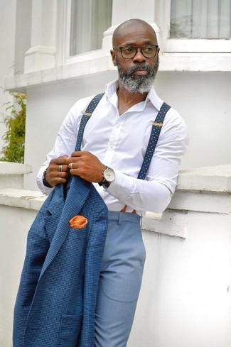 Cómo combinar: pañuelo de bolsillo a lunares naranja, pantalón de vestir celeste, camisa de vestir blanca, blazer a cuadros azul