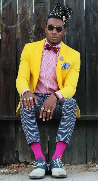 Cómo combinar: zapatos oxford de ante azul marino, pantalón de vestir a lunares en azul marino y blanco, camisa de vestir de rayas verticales en blanco y rojo, blazer amarillo