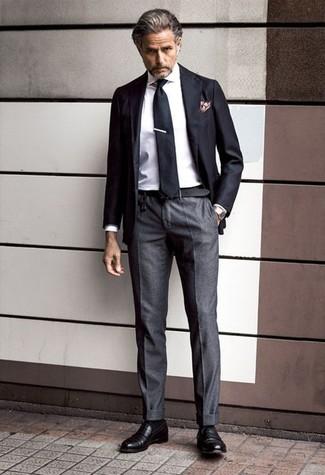 Cómo combinar: mocasín de cuero negro, pantalón de vestir en gris oscuro, camisa de vestir blanca, blazer negro