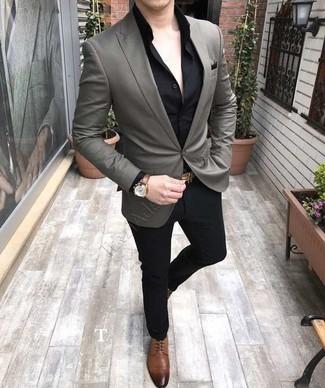 Cómo combinar: zapatos derby de cuero marrónes, pantalón de vestir negro, camisa de vestir negra, blazer gris