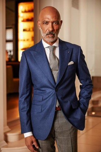 Combinar un pantalón de vestir a cuadros gris: Elige un blazer azul marino y un pantalón de vestir a cuadros gris para rebosar clase y sofisticación.
