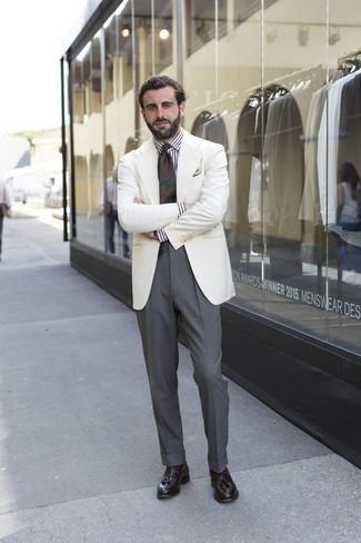 Cómo combinar: mocasín con borlas de cuero en marrón oscuro, pantalón de vestir gris, camisa de vestir de rayas verticales en blanco y negro, blazer blanco