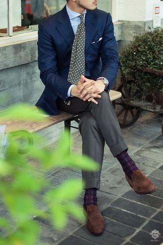 Cómo combinar: mocasín de ante marrón, pantalón de vestir gris, camisa de vestir celeste, blazer azul marino