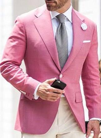Cómo combinar: corbata gris, pantalón de vestir en beige, camisa de vestir blanca, blazer rosado