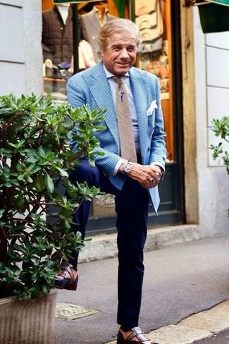 Cómo combinar: mocasín con borlas de cuero marrón, pantalón de vestir azul marino, camisa de vestir celeste, blazer de cuadro vichy azul