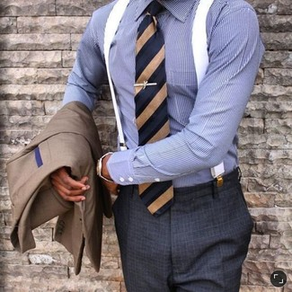Cómo combinar: corbata de rayas verticales azul marino, pantalón de vestir a cuadros en gris oscuro, camisa de vestir de rayas verticales azul, blazer marrón