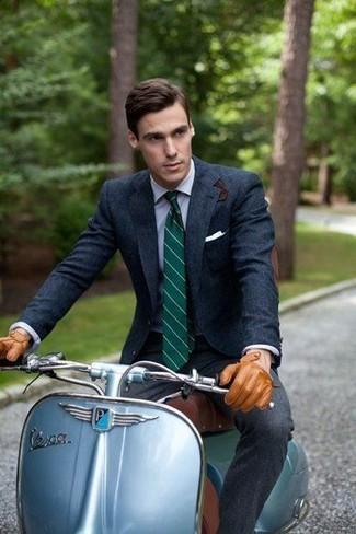 Cómo combinar: corbata de rayas verticales verde oscuro, pantalón de vestir de lana en gris oscuro, camisa de vestir celeste, blazer de lana azul marino