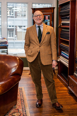 Cómo combinar: zapatos derby de cuero marrónes, pantalón de vestir de pana marrón, camisa de vestir de rayas verticales gris, blazer de lana a cuadros marrón