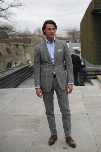 Cómo combinar: zapatos con doble hebilla de ante en gris oscuro, pantalón de vestir de lana gris, camisa de vestir celeste, blazer de tartán gris