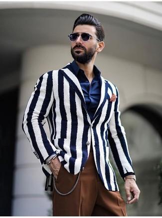 Cómo combinar: pañuelo de bolsillo naranja, pantalón de vestir marrón, camisa de vestir azul marino, blazer de rayas verticales en blanco y azul marino