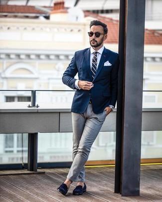 Cómo combinar: mocasín de ante azul marino, pantalón de vestir gris, camisa de vestir blanca, blazer azul marino