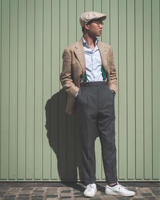 Cómo combinar: tenis de cuero blancos, pantalón de vestir en gris oscuro, camisa de vestir celeste, blazer marrón claro
