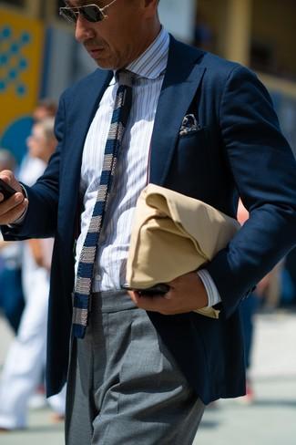 Cómo combinar: bolso con cremallera de cuero marrón claro, pantalón de vestir gris, camisa de vestir de rayas verticales blanca, blazer azul marino