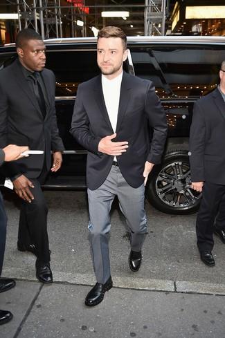 Combinar unos zapatos derby de cuero con adornos negros: Accede a un refinado y elegante estilo con un blazer negro y un pantalón de vestir a cuadros gris. Zapatos derby de cuero con adornos negros son una opción estupenda para complementar tu atuendo.