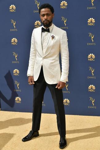 Cómo combinar: zapatos oxford de cuero negros, pantalón de vestir negro, camisa de vestir blanca, blazer blanco