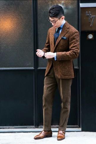 Combinar un blazer de lana marrón: Considera emparejar un blazer de lana marrón junto a un pantalón de vestir de pana marrón para un perfil clásico y refinado. Zapatos con doble hebilla de cuero marrónes son una opción excelente para complementar tu atuendo.
